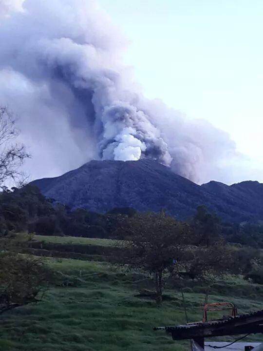 éruption volcan turrialba costa rica voyage fumée fumerolle